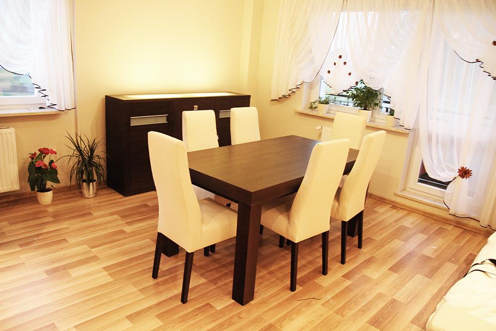 stoł i obijane krzesła