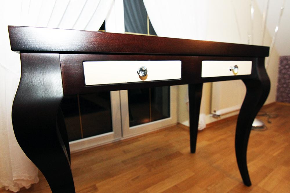 stylizowany stolik z szufladami